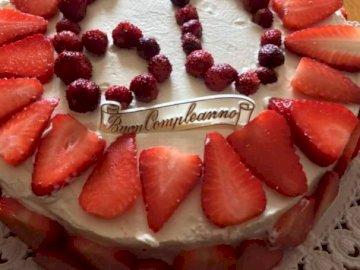 cumpleaños - Pastel de cumpleaños de los 60. Una rebanada de pastel en un plato.