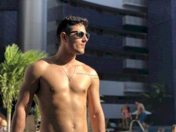 Przetestuj Tiago Chaves - Tstejejsnjshs jaja Sousa know softas sishdbkdjdb. Mężczyzna stojący przed budynkiem.