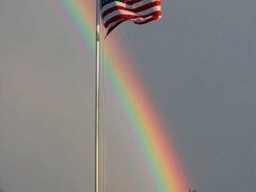 Flaga USA - Flaga USA wśród chmur i tęczy. Tęcza na niebie.