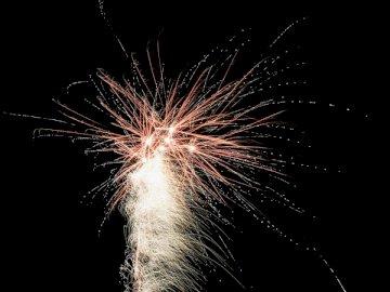 Szczęśliwego Nowego Roku 2020 Unsplash! - Czerwone fajerwerki w nocy. Devin, Bratysława, Republika Słowacka, UE. Fajerwerki na niebie.