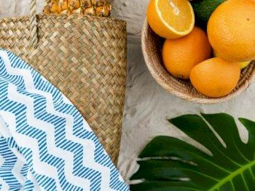 Sommerorangen - Gesunde und leckere Orangen im Sommer. Eine Obstschale sitzt auf einem Tisch.