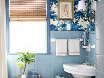 Blau im Badezimmer - Eine Idee für ein blaues Badezimmer. Ein weißes Waschbecken, das unter einem Fenster sitzt.