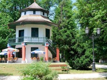 Casa china - Casa china en el parque de la ciudad de Żywiec. Una casa con árboles al fondo.
