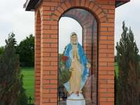 The chapel - Assemble the picture of the shrine of the Mother of God from the puzzle. A statue in front of a bric