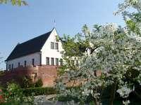Puzzle avec un château - Des puzzles pour tous les fans du musée du district de Konin!. Une maison avec des buissons devant