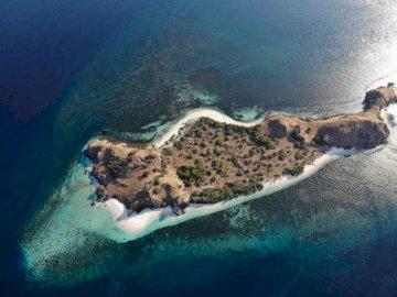 Komodo Nationalpark - Luftaufnahme der Insel während des Tages. Wasser am Meer.