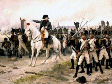 Napoleon a caballo - Napoleon a caballo mandando a sus tropas. Grupa ludzi jeżdżących na grzbiecie konia.