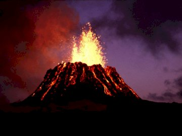 Wulkan - Wulkan wybuch. Chmury w ciemnym pokoju z górą w tle.