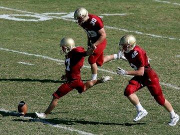 Il giocatore del college si prepara a - Giocatore di football americano facendo calcio di rinvio. Vernon, Columbia Britannica. Un gruppo di