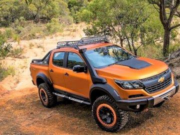 Chevrolet Colorado - Chevrolet Colorado, Fahren in den Rocky Mountains. Ein Auto parkte auf einer unbefestigten Straße.