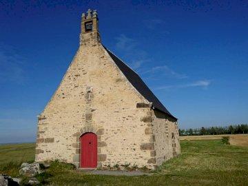 Kaplica Sainte Anne - Kaplica Sainte-Anne, na skraju Saint-Broladre i bardzo blisko Cherrueix, jest odpowiedzialna za cał