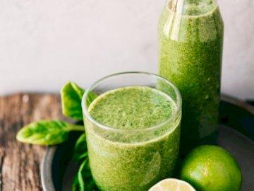 Verde lima - Fotografía verde lima. Un frutero se sienta en una mesa de madera.