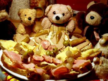festa di animali imbalsamati - Festa di Capodanno per animali imbalsamati. Una stretta di cibo.