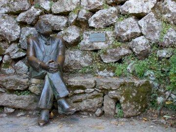 figura gaudiego w kantabrii - figura gaudiego w kantabrii. Osoba siedząca na skale.