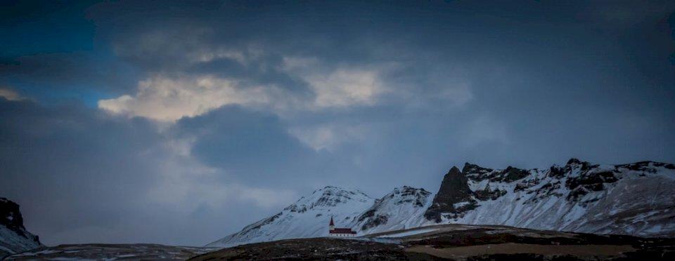 Munți acoperiți de zăpadă în Vik