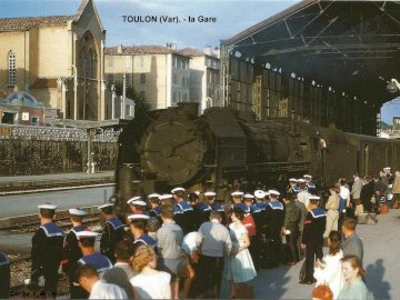 Toulon station - souvenir of the Friday evening in Toulon. A large crowd of people standing in front of a building.