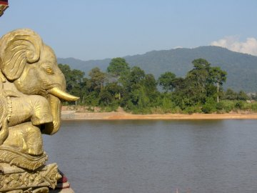 złoty trójkąt, rzeka Mekong - złoty trójkąt, rzeka Mekong. Statua słonia w zbiorniku wodnym.