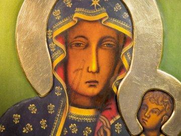 Matka Boża - Maryja Królowa Polski. Zbliżenie osoby noszącej kostium.