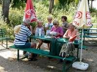 Skupina sedí