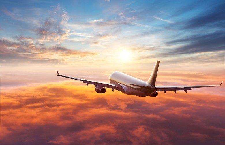Samolot lot - Maszyny latające w przestworzach. Duży samolot pasażerski lecący przez zachmurzone niebo (4×4)
