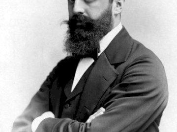 lajsthlwretjñrjtpeyerute - wrluówkrtlmnouhAOPKKDPOWQHJREJKBT. Theodor Herzl wearing a suit and tie.
