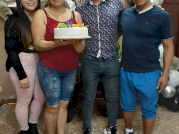 mayumiykevin - per il compleanno di Kevin insieme in famiglia. Un gruppo di persone in posa per la fotocamera.