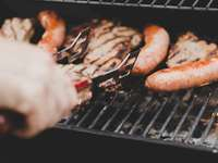 Ώρα BBQ - Πρόσωπο στη σχάρα λουκάνικο και κρέας. Χάμιλτον
