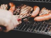 Време за барбекю - Лице на скара наденица и месо. Хамилтън