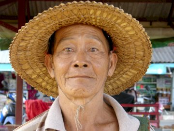 un thai - un thai dans le nord. Un gros plan de Tránsito Amaguaña portant un chapeau.
