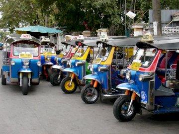 tuk tuk à bangkok thaïlande - tuk tuk à bangkok thaïlande. Un camion bleu garé dans un parking.
