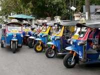 tuk tuk στη Μπανγκόκ Ταϊλάνδη - tuk tuk στη Μπανγκόκ Ταϊλάνδη. Ένα μπλε φορτηγό που σταθμε