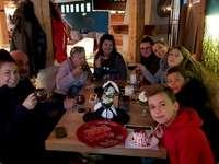 Grupa Trzymająca Władzę - Specjalnie dla GTW, wspomnienie z Zakopanego. Grupa ludzi siedzących przy stole.