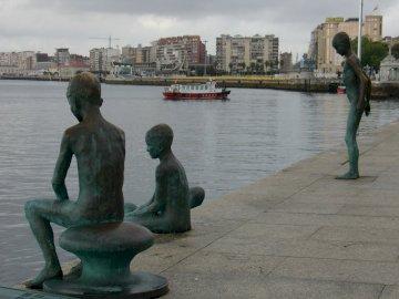 Spaziergang durch die Stadt Santander - Spaziergang durch die Stadt Santander. Eine Statue einer Person, die neben einem Gewässer steht.