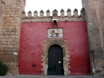 Sevilla immer schön - Sevilla immer schön. Ein großes Gebäude aus rotem Backstein.
