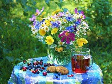 Bukiet Kwiatów W Wazonie - Kolorowy Bukiet Kwiatów W Wazonie Na Stoliku. Wazon z kolorowymi kwiatami.