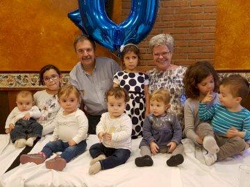 MOJE Wnuki - Puzzle rodzinne ze wszystkimi wnukami, 96 elementów. Grupa ludzi siedząca pozuje do kamery.