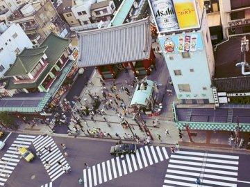 Vie de rue Tokyo - Gens dans la rue près des bâtiments. Grec / italien, Italie.