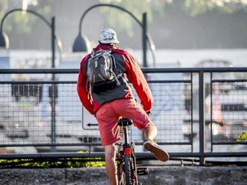 A réussi à tourner et à se concentrer juste - L'homme a garé son vélo. Montréal Canada. Une personne qui monte à l'arrière d&