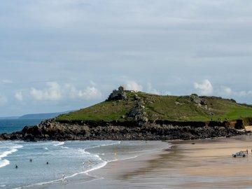 Egy régi templom a dombon - Az emberek a parton, a hegy közelében. Bicester, Oxon. Egy csoport ember a tengerparton, egy vízt