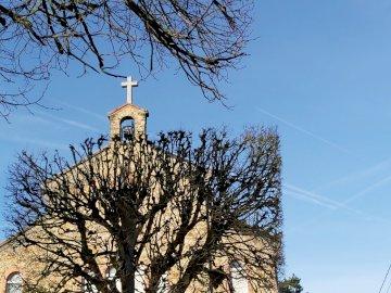 Chapelle Saint-Joseph-de-Glatigny - Chapelle Saint-Joseph-de-Glatigny Versailles. Une tour de l'horloge au sommet d'un a