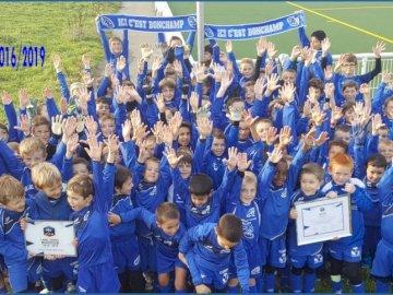 ES Bonchamp - Scuola di calcio 2016/2017 es bonchamp. Un gruppo di persone in posa per la fotocamera.