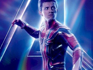 marvel end game spiderman - spider-man Endgame puzzle. Tom Holland stojący na scenie.
