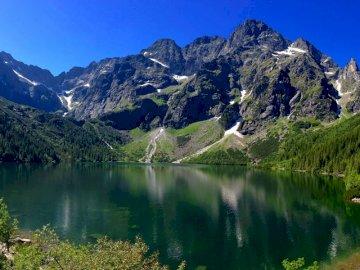 Góry Bukowina - Piękny widok na góry, urzekający i cudowny. Zbiornik wodny z górą w tle.