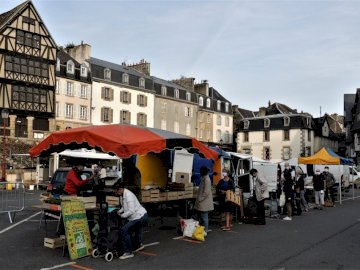 Michelbo - photo of Morlaix market. A group of people on a city street.