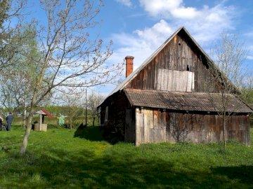 domek-stodola - domek-stodola na dzialce. Stara stodoła na trawiastym podwórku z Fairbanks House w tle.