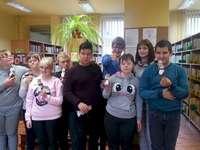 biblioteca - I migliori lettori in biblioteca. Un gruppo di persone in posa per la fotocamera.