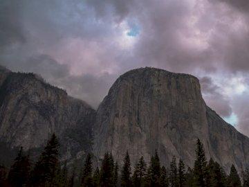 Le Captian - El Capitan, Parc national de Yosemite. Manteca Ca. Un groupe de nuages dans le ciel avec une montagn
