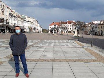 ostatni człowiek na ziemi - ostatni człowiek na ziemi - epidemia. Mężczyzna stojący na chodniku.