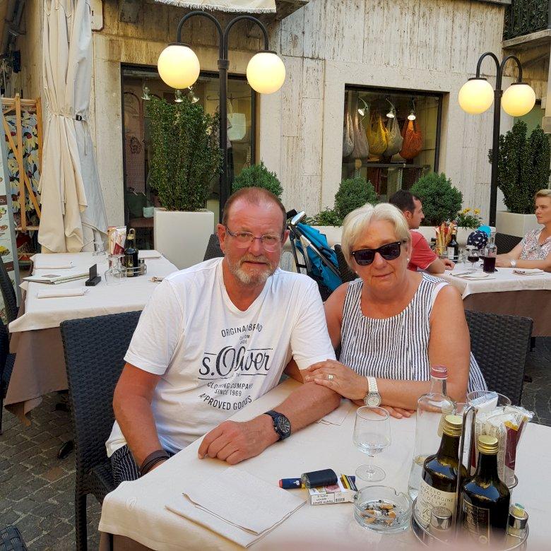 UrlaubbdydydbD - Gardameer Italië bdgbSGG. Een groep mensen zitten aan een tafel (5×5)