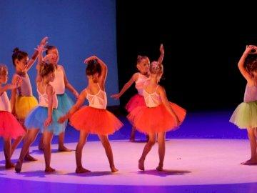 Lezioni di ballo - Riscopri l'immagine di piccoli ballerini. Un gruppo di persone che indossano costumi.